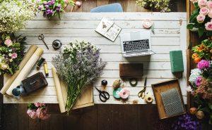 ร้านดอกไม้ พวงหรีด พวงมาลา พวงหรีดดอกไม้สด ช่อดอกไม้ แจกันดอกไม้ ดอกไม้ กระเช้าดอกไม้ พวงหรีดพัดลม จัดดอกไม้ ผกาฟลอริส Pakaflorist ร้านดอกไม้ปากคลองตลาดใหม่