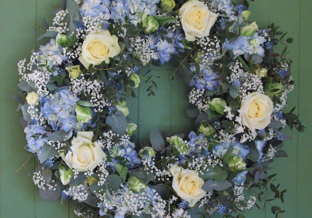 พวงหรีดดอกไม้สดสีฟ้า