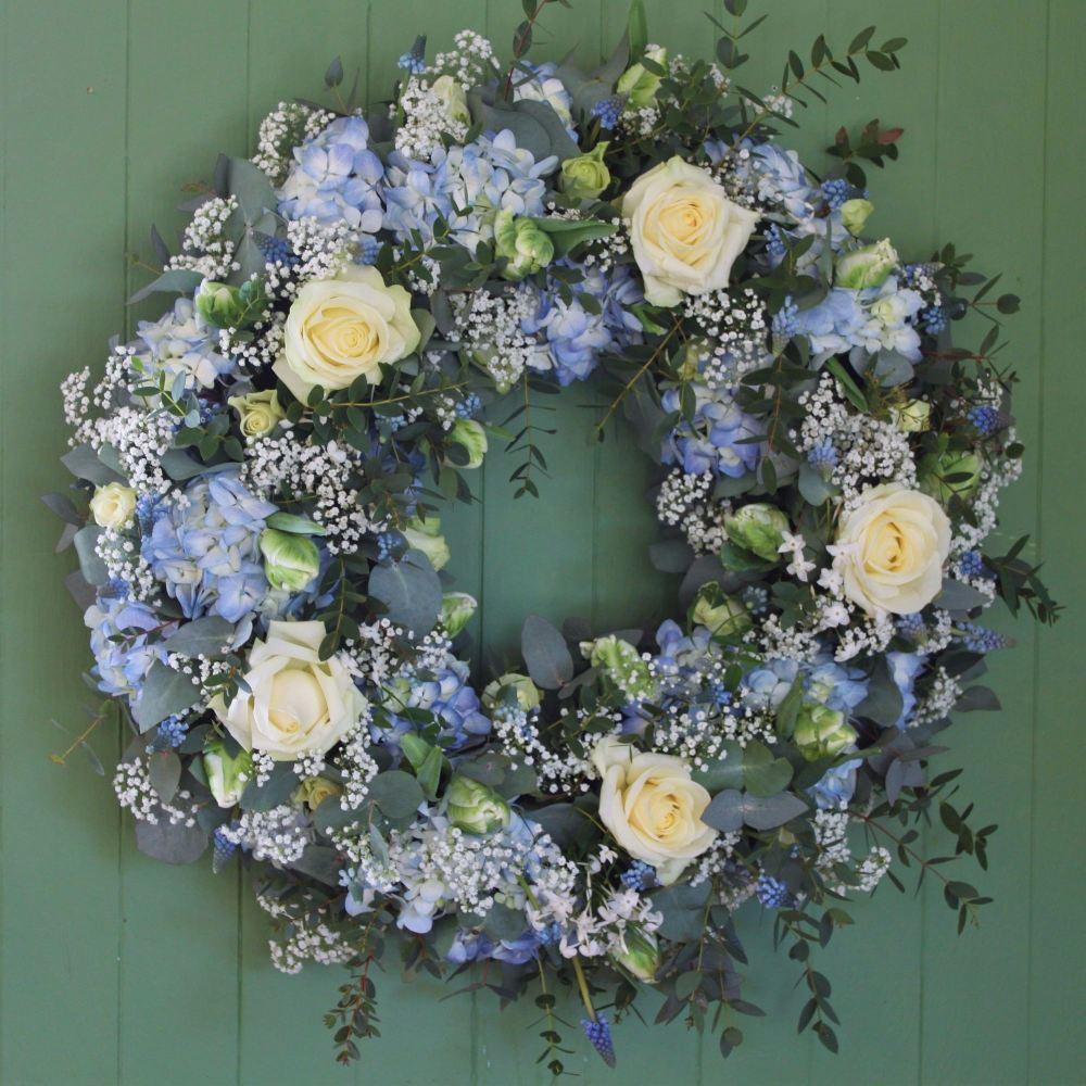 พวงหรีดดอกไม้สดสีฟ้า สีฟ้า พวงหรีด พวงมาลา พวงหรีดดอกไม้สด ขายพวงหรีด ร้านพวงหรีด ช่อดอกไม้ ส่งพวงหรีดดอกไม้ ขายพวงหรีดดอกไม้สด จำหน่ายพวงหรีด พวงหรีดพัดลม