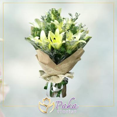 ช่อดอกไม้ พลอยเพชรรัตน์ 11 ช่อดอกไม้มีโทนสีขาวจากดอกลิลลี่ ช่อดอกไม้สด พวงหรีด พวงมาลา พวงหรีดดอกไม้สด ร้านดอกไม้สด ขายดอกไม้ pakaflorist