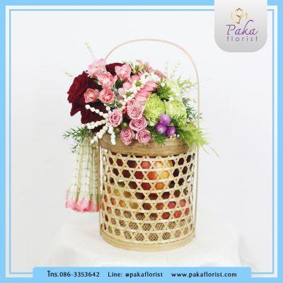 กระเช้าวันแม่ M1 กระเช้าดอกไม้สดพร้อมผลไม้ที่บรรจุอยู่ในปิ่นโตไม้ไผ่สาน กระเช้าดอกไม้สด กระเช้าผลไม้ กระเช้าของขวัญ