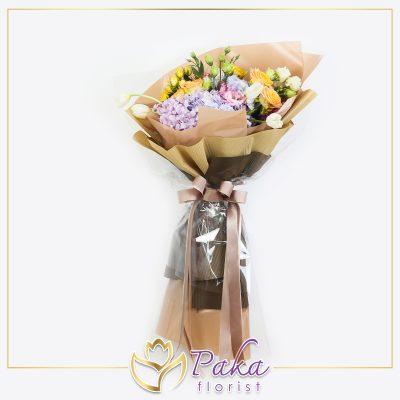 ช่อดอกไม้ พลอยเพชรรัตน์ 37 ช่อดอกไม้ทรงพุ่มยาว ช่อดอกไม้ประดับด้วยดอกกุหลาบ ดอกไลเซนทัส ดอกไฮเดรนเยีย ดอกทิวลิปสีขาว ห่อด้วยกระดาษสีน้ำตาล