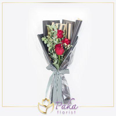 ช่อดอกไม้ พลอยเพชรรัตน์ 38 ช่อดอกไม้ทรงยาว ช่อดอกไม้ประดับด้วยดอกกุหลาบสีแดง แซมด้วยดอกยิปโซและใบไม้ประดับสีเขียว ห่อด้วยกระดาษสีดำทอง
