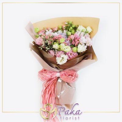 ช่อดอกไม้ พลอยเพชรรัตน์ 39 ช่อดอกไม้ลักษณะจัดเป็นพุ่ม ช่อดอกไม้ประดับด้วยดอกไฮเดรนเยีย ดอกกุหลาบ ดอกไลเซนทัส แซมด้วยดอกยิปโซ